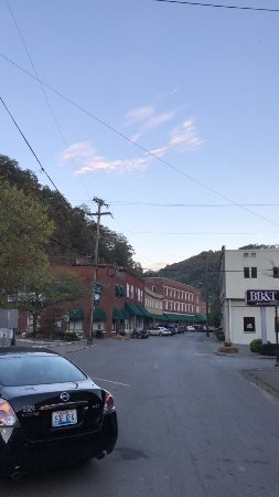 Matewan, WV: This place is awesome! The food is all homemade, fresh, from scratch, and priced very fair. The
