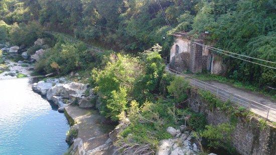 Francavilla di Sicilia, İtalya: Fra brua ved den gamle kraftstasjonen
