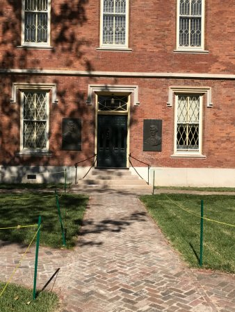 Galesburg, IL: Plaques honoring Lincoln and Douglas at sides of the door