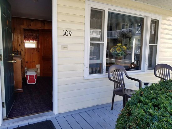 Heritage of Lake George Motel: Cute deck on every cabin