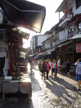 Yangshuo Elite Garden Hotel: Street area nearby