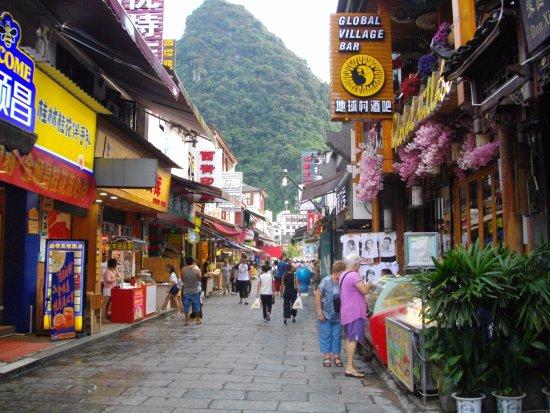 Yangshuo Elite Garden Hotel: Great shopping street near hotel