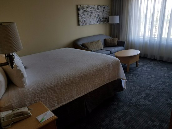 Courtyard by Marriott Sandestin at Grand Boulevard: Couch is nice