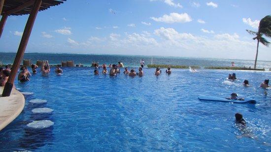 Dreams Riviera Cancun Resort & Spa: heated swim up bar pool