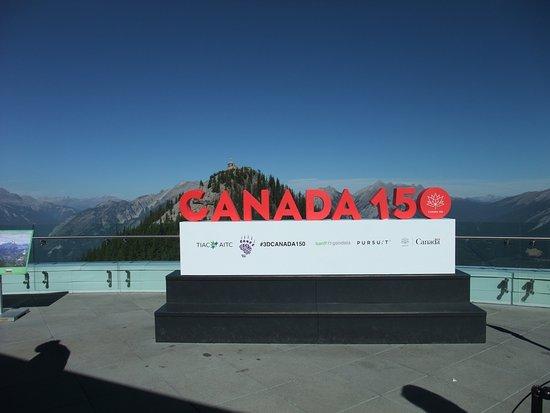 Blue Mountain Lodge: バンフゴンドラで上がった山頂に、カナダ建国150周年のモニュメント?があります。2017年限定かな。