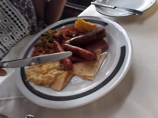 Kandalama, Sri Lanka: Sausages , Egg scrambled, ham , potato wedges