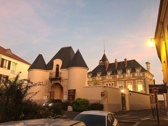 Herblay, Francia: Castle outside