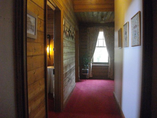 Merrijig Inn : Private hallway as part of King suite