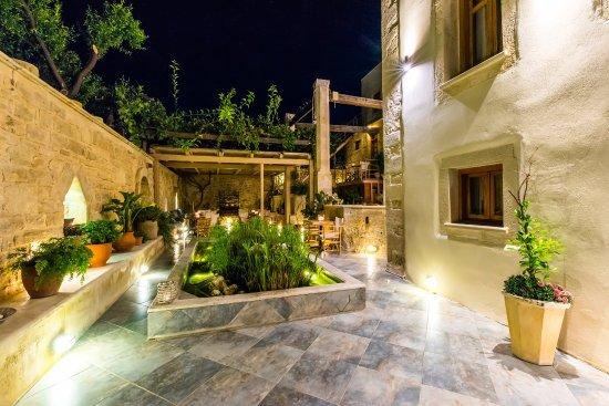 Casa Vitae Hotel: Courtyard by Night