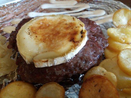 Alhama de Murcia, España: Hamburguesa Gourmet con patatas panadera y cebolla caramelizada