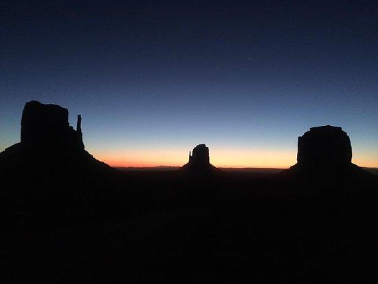 كاينتا مونيمنت فالي إن: Monument Valley all'alba