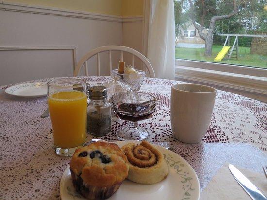Cavendish Breeze Inn: 母屋のダイニングルームにて朝食/窓の外にコテージを望む