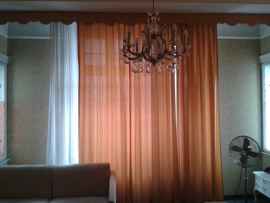 Hotel-Pension Baronesse: Gordijnen te smal voor de ramen en weinig verduistering. Let op de twee zijramen van de uitbouw.