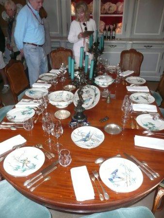 Neac, فرنسا: The Chateau dining room with beatiful crockery