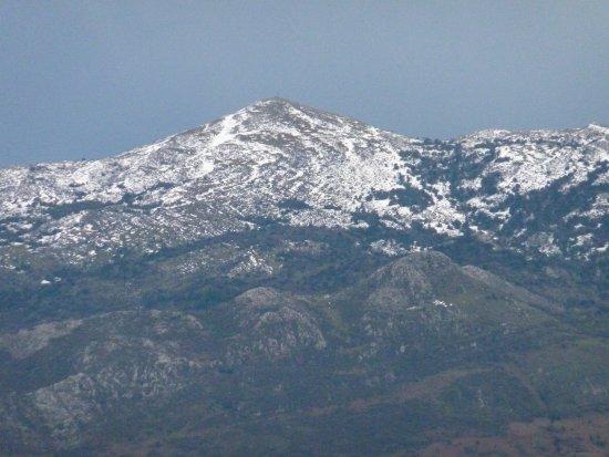 Parres, Spain: El Pico Pienzu nevado, visto desde Lastres