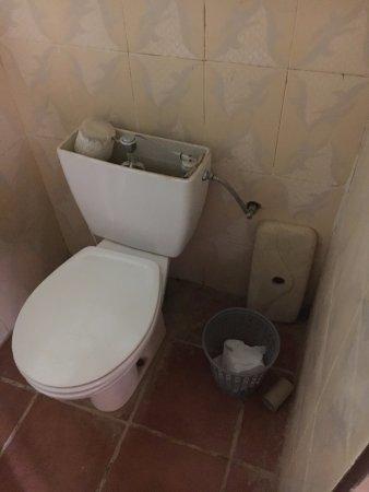 Atlas du Sable: Baño de la habitación al llegar