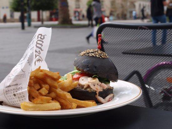 L'Octopus: Burger encre de seiche, au poulpe et mayonnaise aux algues, un délice !