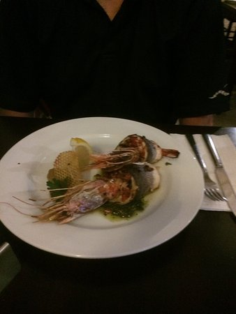 Mgarr, มอลตา: Sea Bass fillets stuffed with prawns