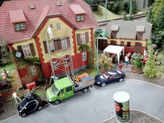 ein h uschen im miniaturland wird gestrichen bild fr n miniatur wunderland hamburg. Black Bedroom Furniture Sets. Home Design Ideas