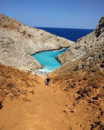 Akrotiri, Greece: Rocky descent