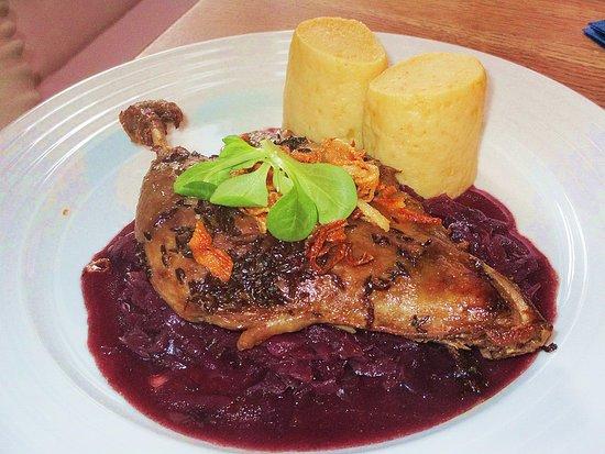 Konfitované kachní stehno s bramborovým knedlíkem a červeným zelím.