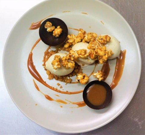 Le Neubourg, France: Glace vanille, sauce caramel beurre salé, pop-corn caramélisés et coque chocolat.