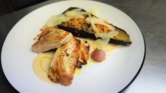 Le Neubourg, France: Filet de volaille de Tilleul Lambert, aubergine fondantes, parmesan croquant et sauce cacahuète.