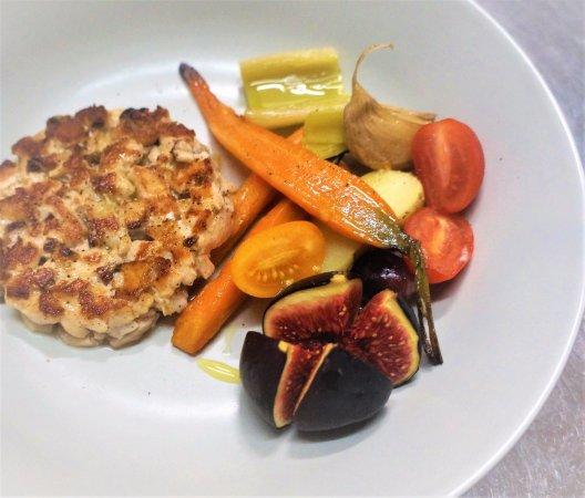 Le Neubourg, France: Tartare de Saumon Label Rouge cuit à l'unilatéral, fruits et légumes de saison.