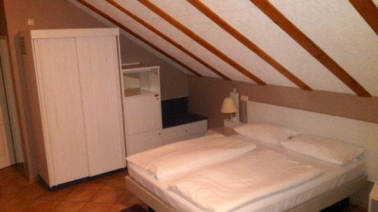 Wettenberg, Jerman: Kleiderschrank und Doppelbett