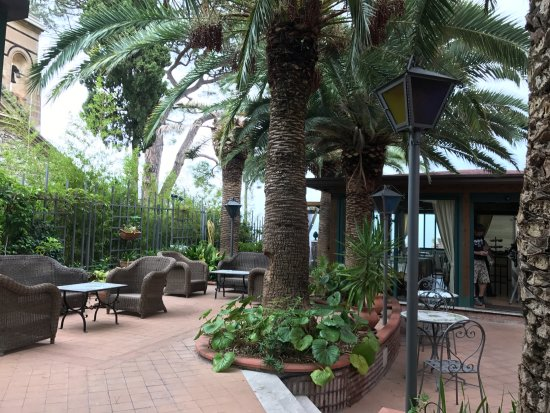 Hotel La Pensione Svizzera: Outside terrace area
