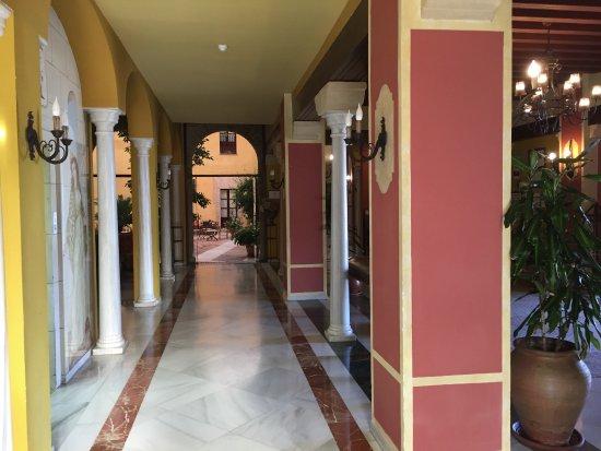 Alcazar de la Reina Hotel: la galerie autour du patio intérieur