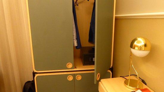 Lisboa Tejo: Wardrobe too big for the room!