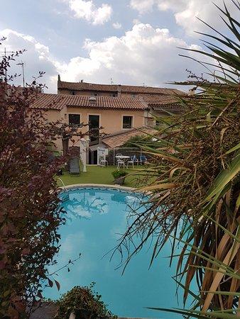 La Feniere: piscine et jardin