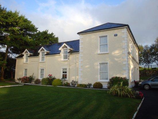Crossmolina, Ireland: Outside view of the house