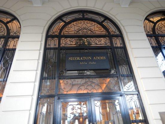 Sheraton Addis, a Luxury Collection Hotel: 正面入り口ドア