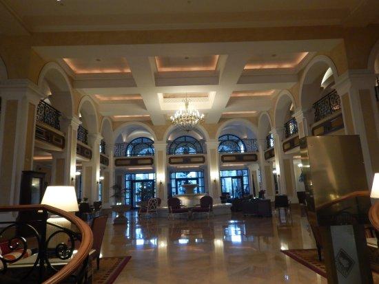 Sheraton Addis, a Luxury Collection Hotel: 1階ロビー