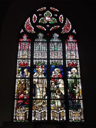 Chojnow, โปแลนด์: Buntes Kirchenfenster in St. Peter und Paul