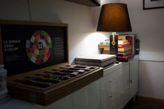 Dettaglio: abat jour e giochi da tavolo. picture of caffe