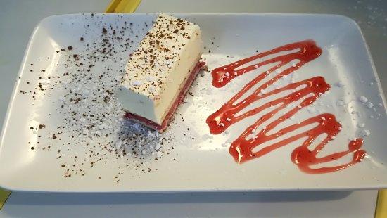 Le Bistrot Saint André : Entremet au poire croustillant fruits rouges ( maison)
