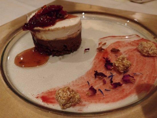 Koukoumavlos Fine Dining Restaurant: קינוח מוס שוקולד לבן עם הל וריבת עגבניות מיובשות