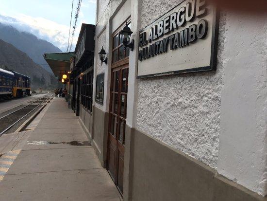 El Albergue Ollantaytambo: Entrada do hotel dentro da estação de trem.