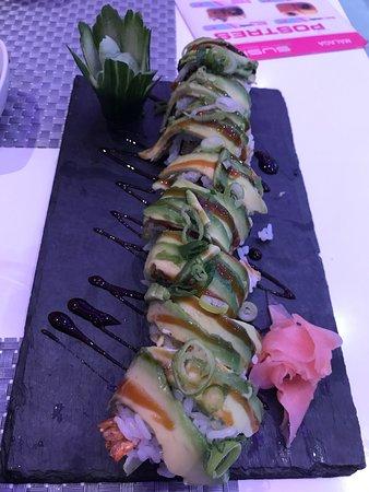 The Sushi Bar: Siempre que vamos nos dejamos aconsejar por la camarera y siempre acertamos. El sushi pizza nos