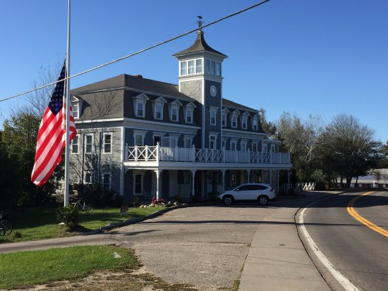Block Island, RI: Looking at the hotel from upper Spring Street