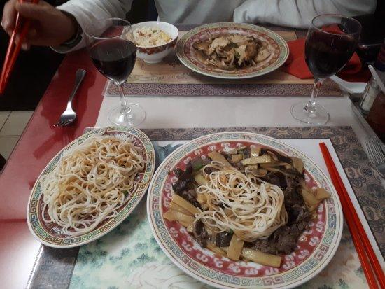 Fouesnant, Fransa: Soupe Pékinoise et soupe chinoise, boeuf bambous et champignons noirs, poulet aux champignons pa