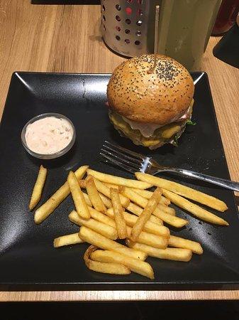 Děčín, Česká republika: Beef burger with French fries