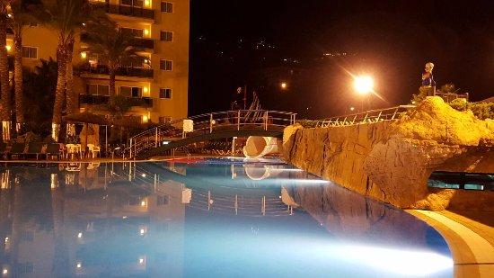 Rosamar Garden Resort: Pool by night