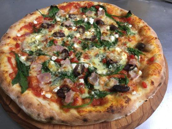 Waikanae, นิวซีแลนด์: Greek pizza! Spinach, bacon, capsicum, olives, mozzarella and feta cheese! Yum!