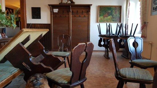 Während wir noch saßen wurde mit lautem RUMMS ein Möbelstück nach dem anderen hochgestellt