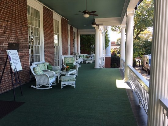 The Martha Washington Inn and Spa: Fabulous porch!!