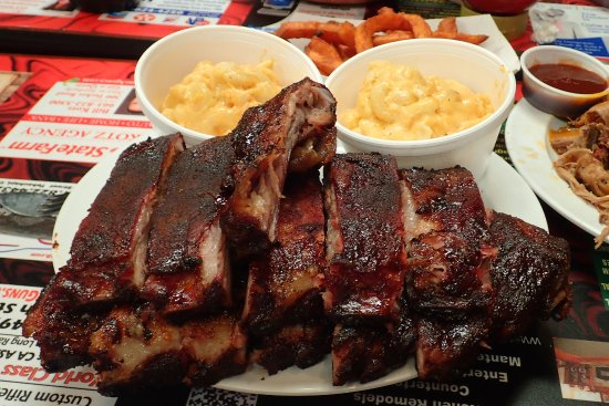 Tehachapi, CA: Pork ribs have a rub and 2 side sauces to choose; yummy mac and cheese